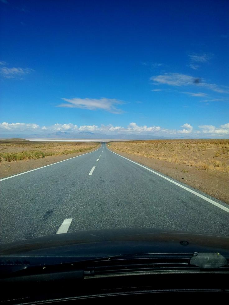Lá na frente, uma mancha branca, são as Grandes Salinas!